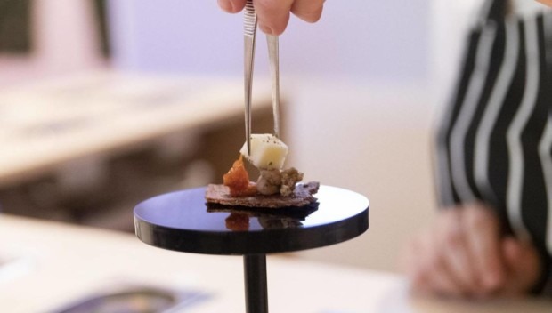 https://genomicgastronomy.com/wp-content/uploads/2019/07/center-for-genomic-gastronomy-loci-food-lab.-installation-image-at-food-bigger-than-the-plate-at-va-c-the-artist.-photo-victoria-and-albert-museum-london-2-620x352.jpg